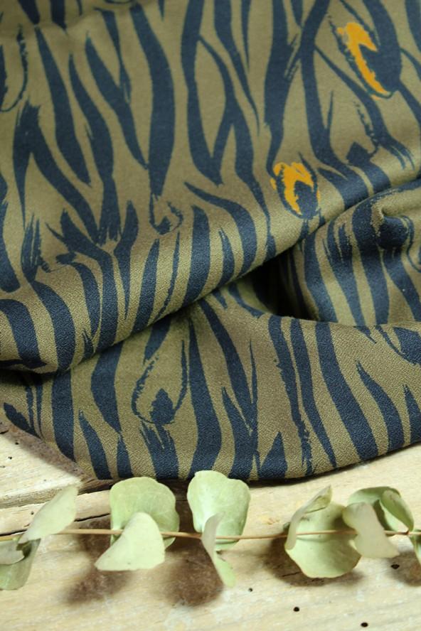 Tissu Zebra Kaki Crêpe de Viscose Eglantine et Zoé douceur et souplesse de la matière