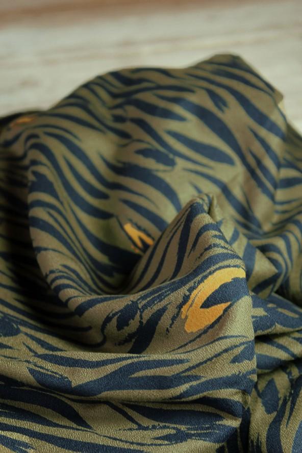 Tissu Zebra Kaki Crêpe de Viscose Eglantine et Zoé détail motif floral