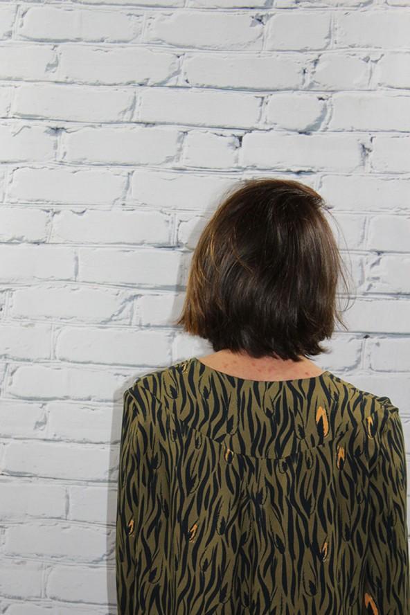 Tissu Zebra Kaki Crêpe de Viscose Eglantine et Zoé détail encolure dos robe Magnolia de Aime comme Marie