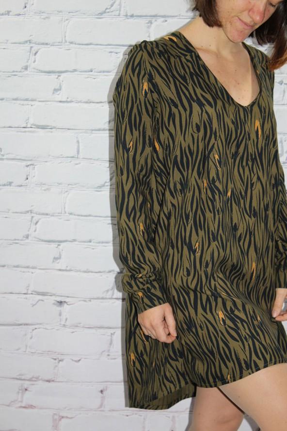 Tissu Zebra Kaki Crêpe de Viscose Eglantine et Zoé détail devant robe Magnolia