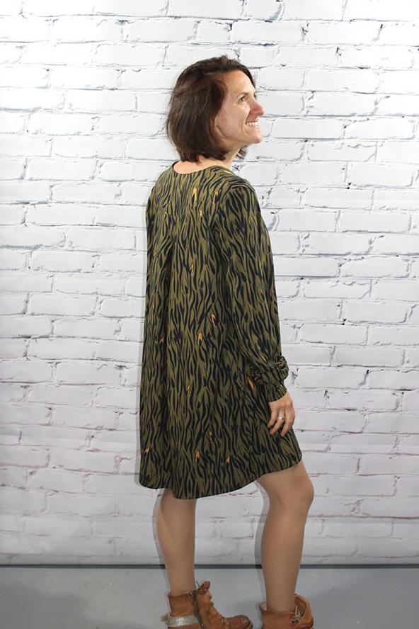 Tissu Zebra Kaki Crêpe de Viscose Eglantine et Zoé élégance d'un pli dans le dos robe Magnolia