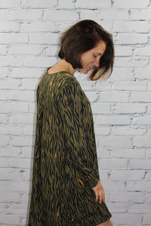 Tissu Zebra Kaki Crêpe de Viscose Eglantine et Zoé robe Magnolia de profil