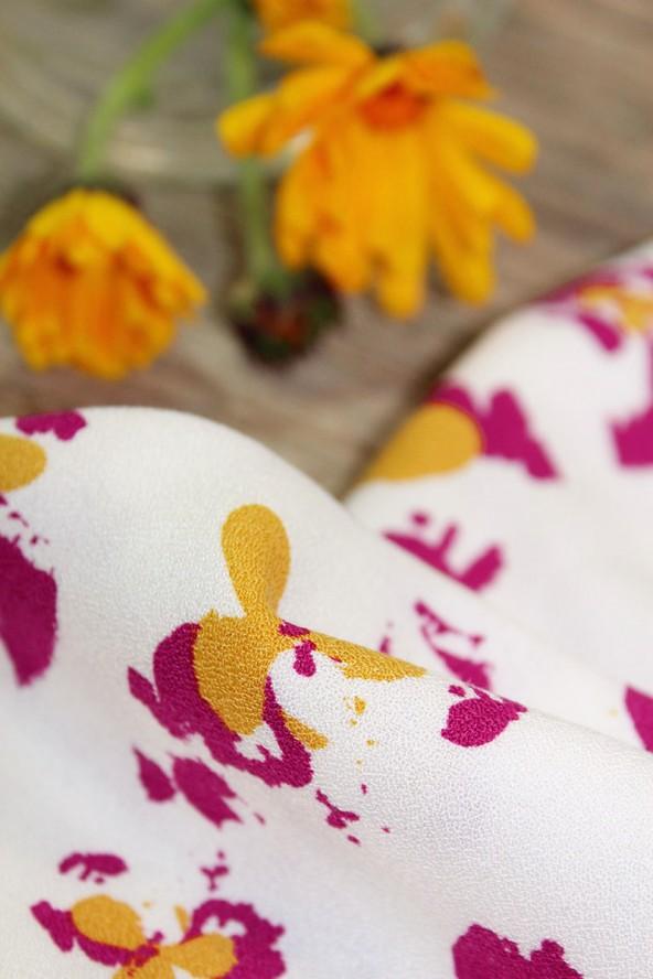 Tissu Clovers Nacre Crêpe de Viscose églantine et Zoé zoom motifs