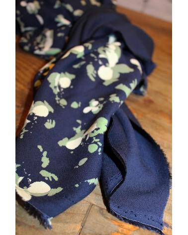 Tissu Clovers Bleu Atlantique Crêpe de Viscose églantine et Zoé mêlé  à son coordonné uni