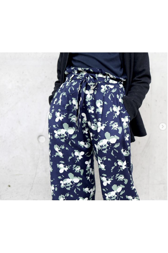 Tissu Clovers Bleu Atlantique Crêpe de Viscose églantine et Zoé pantalon Clara de Wisj Sofie zoom ceinture