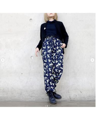 Tissu Clovers Bleu Atlantique Crêpe de Viscose églantine et Zoé pantalon Clara de Wisj Sofie
