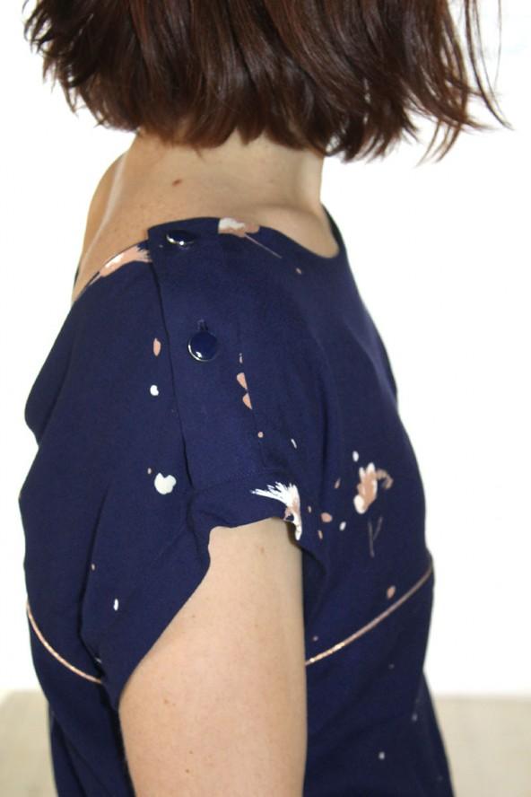 Tissu Windy Bleu Marine Crêpe de Viscose détail épaule avec des boutons