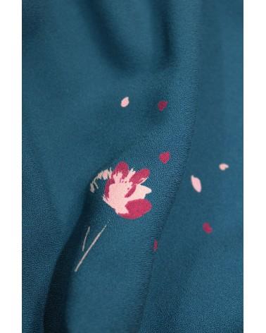 Tissu Windy Bleu Pétrole Crêpe de Viscose zoom sur les fleurs roses