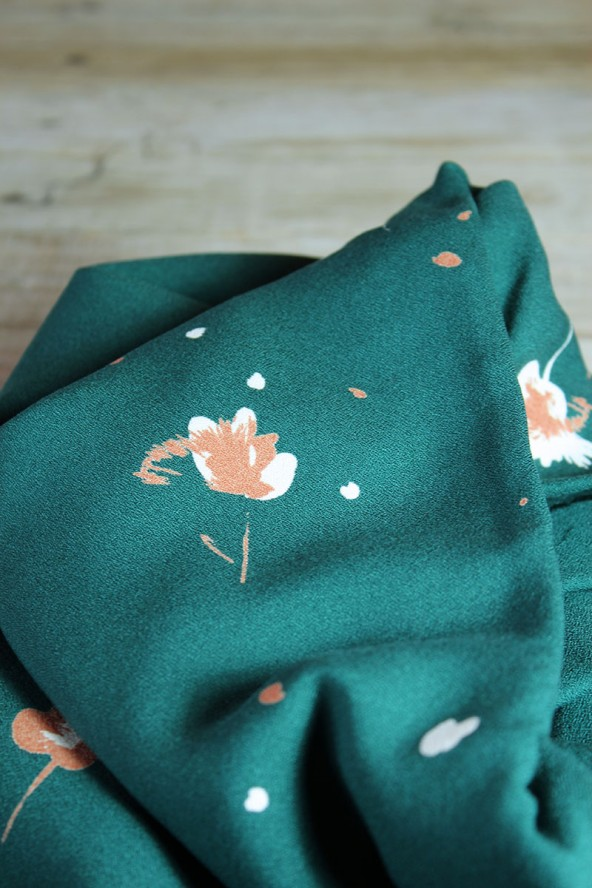 Tissu Windy Vert Sapin Crêpe de Viscose fleur camel et blanche