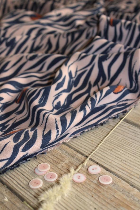 Tissu Crêpe de Viscose Zebra Rose Perle Eglantine et Zoé Boutons Duo Rose Perle assortis