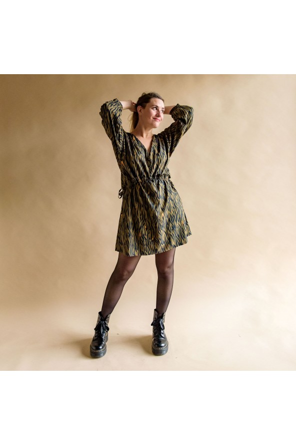 Tissu Zebra Kaki Crêpe de Viscose Eglantine et Zoé robe Magicienne chic et confortable