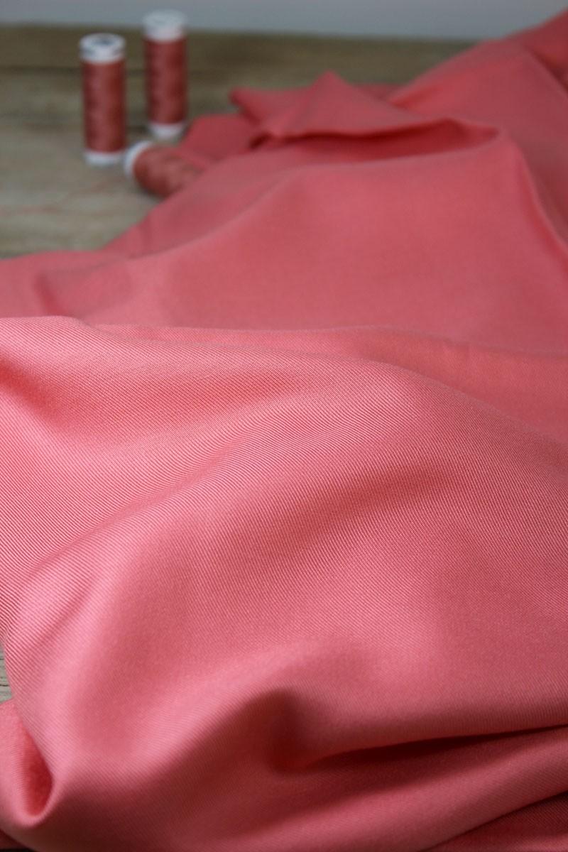 Zoom sur le Tissu Corail Sergé de Viscose Eglantine et Zoé