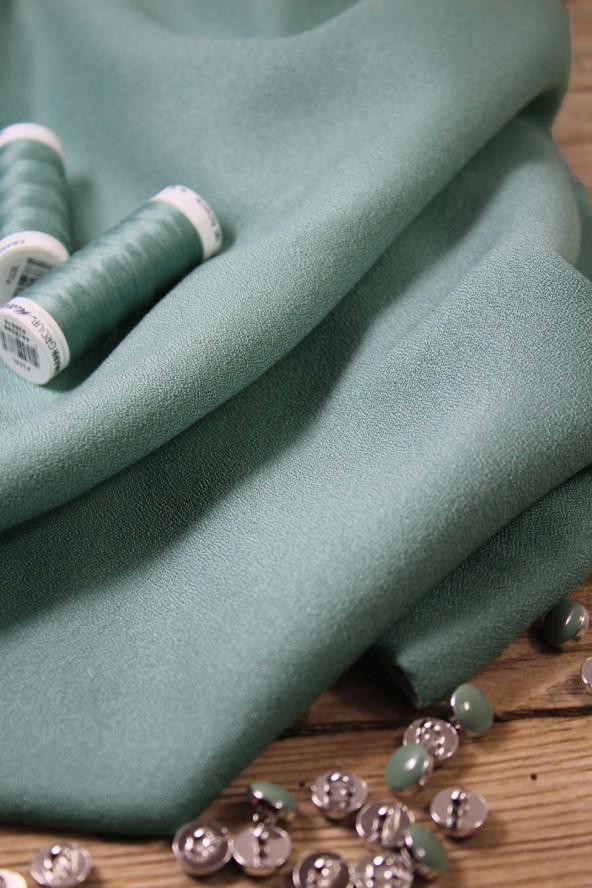 Zoom sur le Tissu Vert Sauge Crêpe de Viscose Eglantine et Zoé