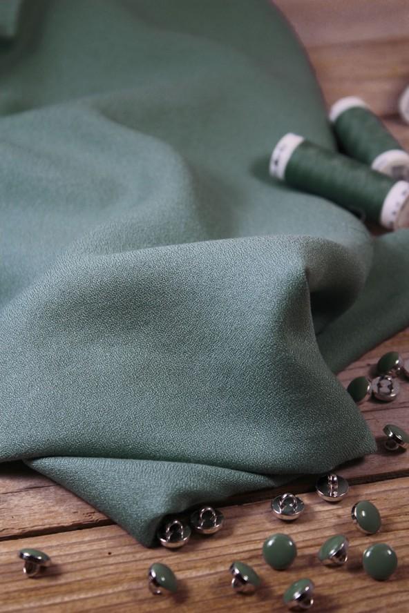 Tissu Vert Sauge Crêpe de Viscose Eglantine et Zoé Teint et Imprimé au Portugal