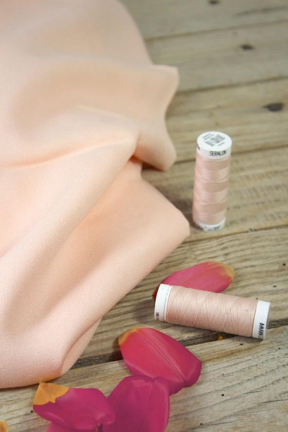 Tissu Nude Crêpe de Viscose Eglantine et Zoé avec bobines de fils assorties