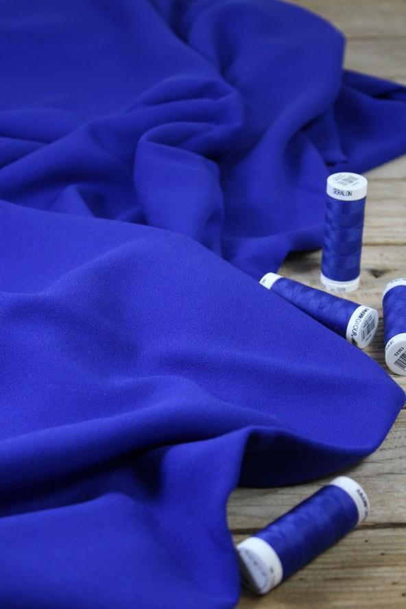 Zoom sur le Tissu Bleu Royal Crêpe de Viscose Eglantine et Zoé