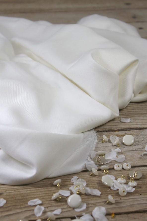 Tissu Nacre Sergé de Viscose Eglantine et Zoé avec jolis boutons assortis