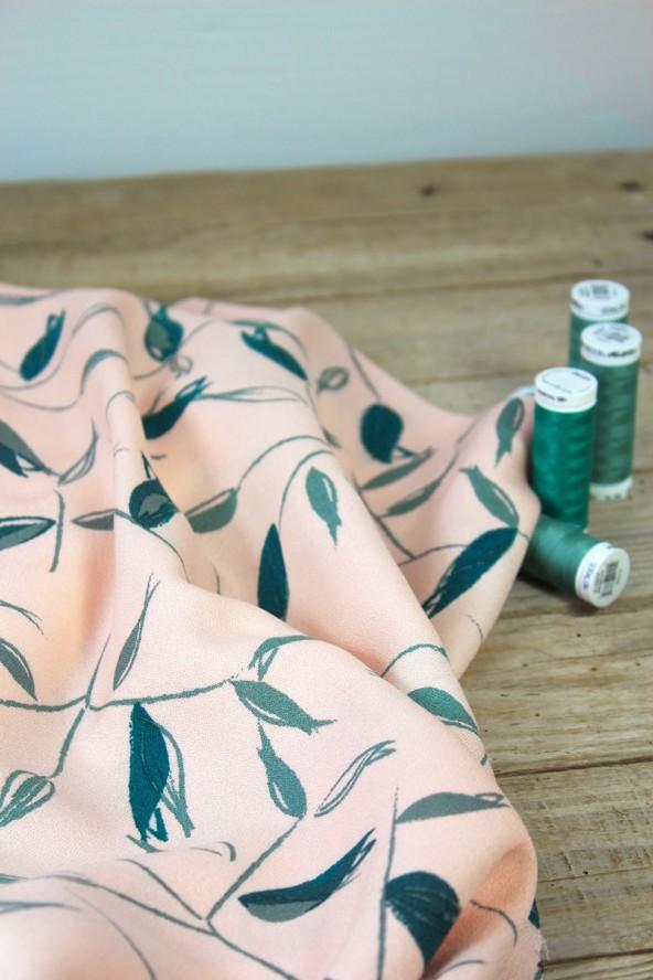 Tissu Avena Nude Crêpe de Viscose Eglantine et Zoé avec bobines de fils à coudre assorties