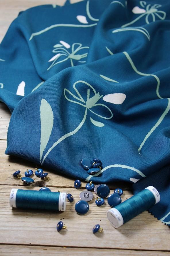 Tissu Bloom Bleu Petrole Sergé de Viscose Eglantine et Zoé avec bobines de fils à coudre assorties