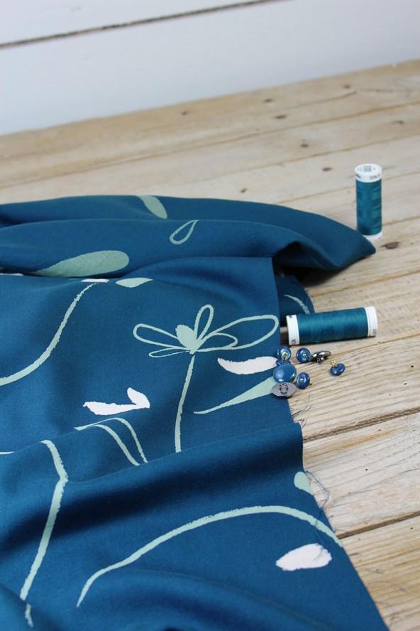 Tissu Bloom Bleu Petrole Sergé de Viscose Eglantine et Zoé créé en France et fabriqué au Portugal
