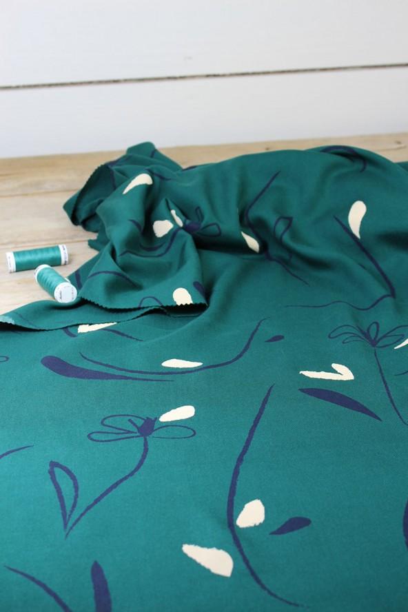 Tissu Bloom Vert Emeraude Sergé de Viscose Eglantine et Zoé parfait pour vos vêtements cousus mains