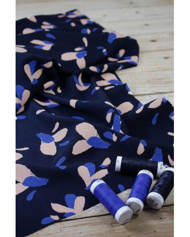 Zoom sur le Tissu Pétali Bleu Marine Popeline Eglantine et Zoe