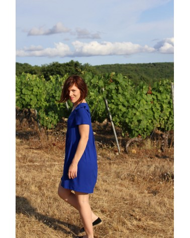 Robe courte cousue dans le crêpe de viscose Bleu Royal de Eglantine et Zoé