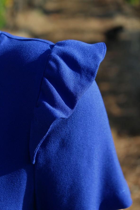 Manche volant sur une robe cousue dans le crêpe de viscose Bleu Royal de Eglantine et Zoé