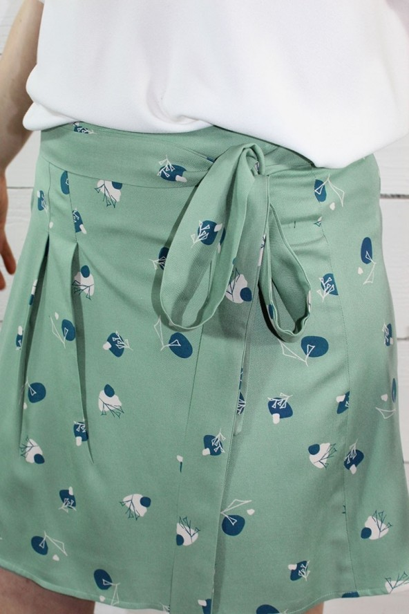 Tissu Stone Amande Sergé de Viscose Eglantine et Zoé détail ceinture nouée dela jupe courte
