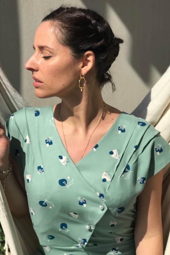 Tissu Stone Amande Sergé de Viscose Eglantine et Zoé détail des jolies pinces du haut robe éclipse