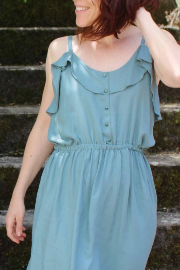 Tissu Vert Sauge Eglantine et Zoe Crêpe de Viscose patron robe portofino appoline pattern volants et fausse patte de boutonnage