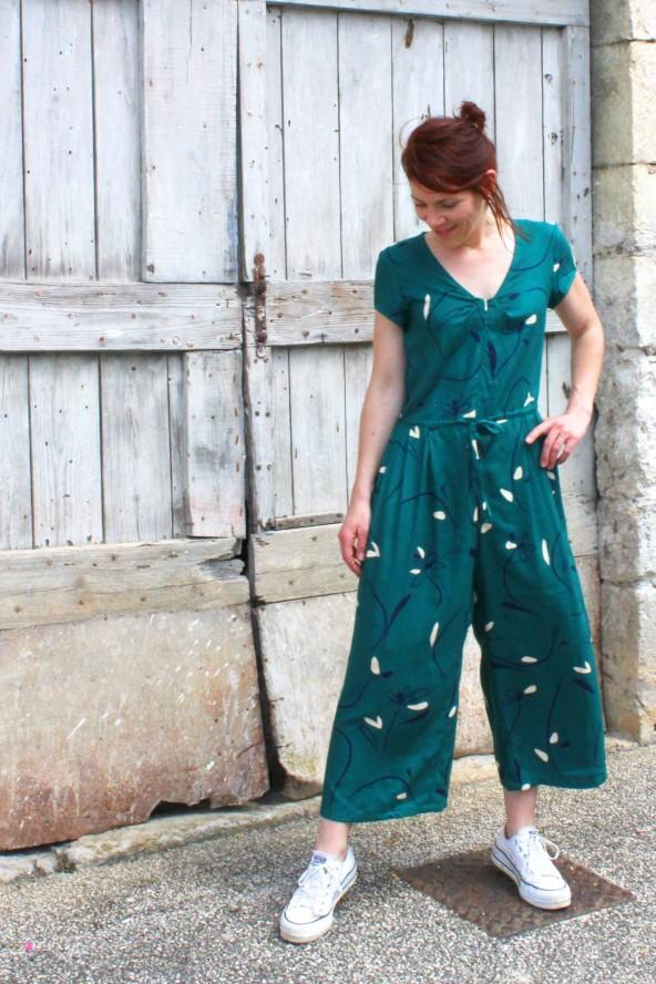 Tissu motif Bloom Vert Emeraude Eglantine et Zoe Crêpe de Viscose patron combipantalon jolie môme atelier scammit