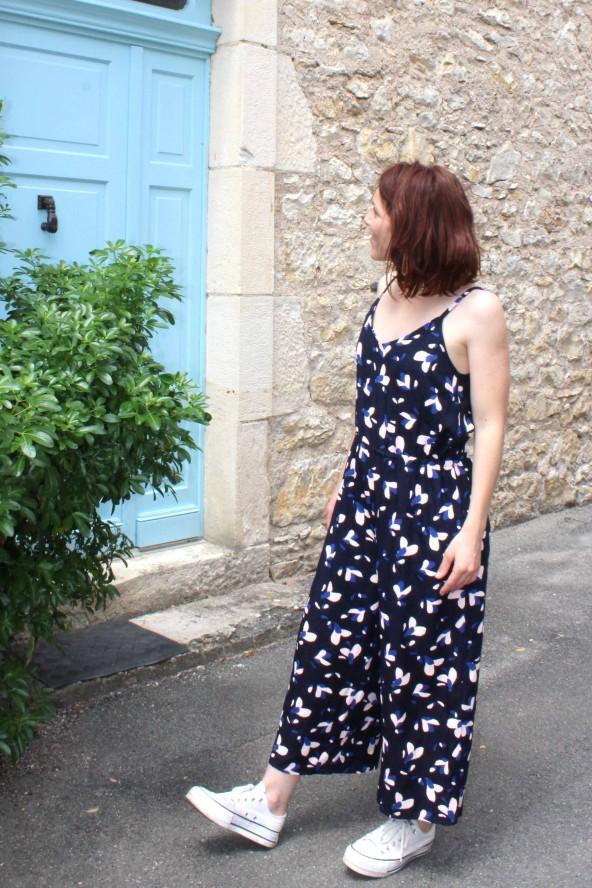 Tissu motif Pétali Bleu Marine Eglantine et Zoe Popeline de Viscose patron combinaison Freja Slow sunday Paris festons arrondis