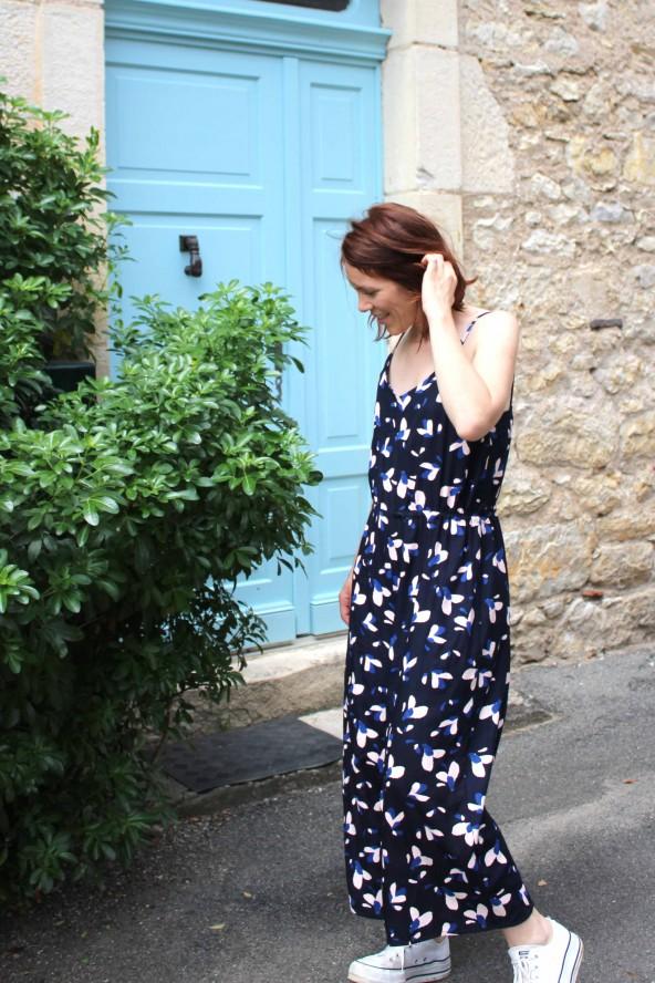 Tissu motif Pétali Bleu Marine Eglantine et Zoe Popeline de Viscose patron combinaison Freja Slow sunday Paris fines bretelles
