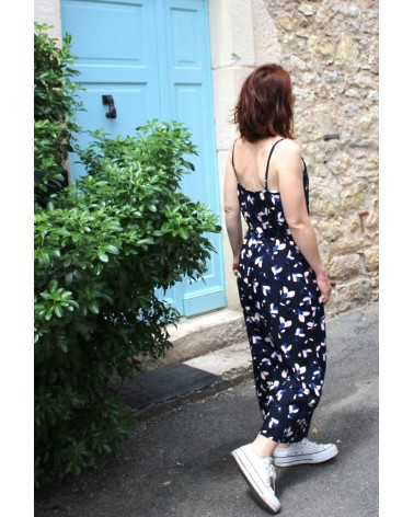 Tissu motif Pétali Bleu Marine Eglantine et Zoe Popeline de Viscose patron combinaison Freja Slow sunday Paris de dos