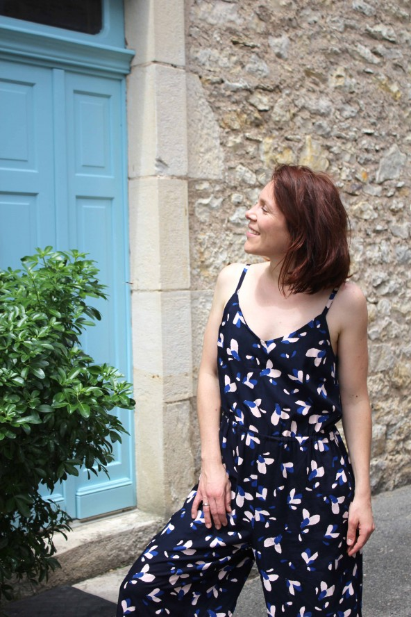 Tissu motif Pétali Bleu Marine Eglantine et Zoe Popeline de Viscose patron combinaison Freja Slow sunday Paris