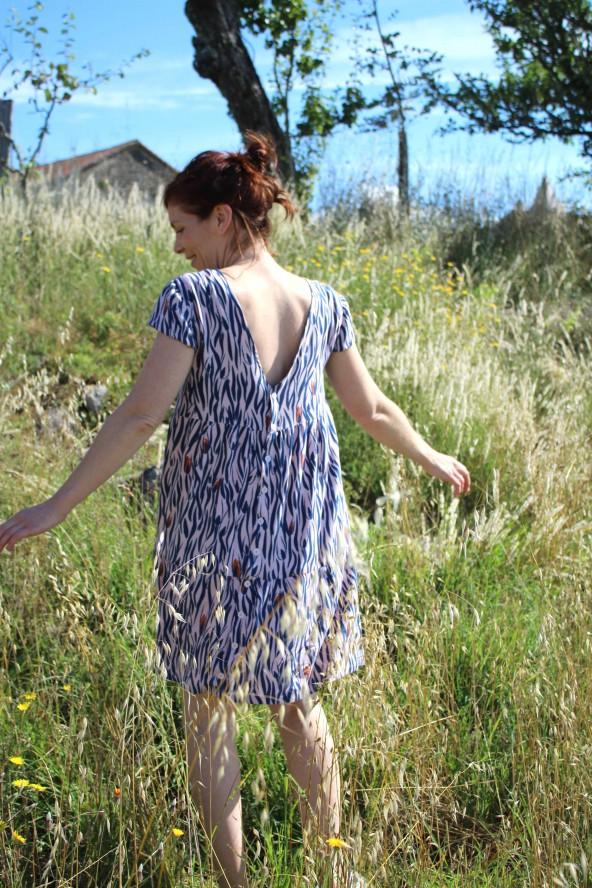 Tissu Zebra Rose Perle Eglantine et Zoe Crêpe de Viscose patron robe it miroir aime comme marie dos avec patte de boutonnage