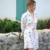 Pour fêter la rentrée, Emma s'est cousue la jolie #robeestelle de @clematisse.pattern en #avenanude. 👗  Entre élégance et délicatesse, cette robe à l'allure Blazer présente un petit col tailleur et un décolleté portefeuille qui subliment la longueur mi-longue du modèle. ✨  Fluide mais agréable à coudre, Emma, qui débute en couture, a su coudre ce tissu Avena Nude avec brio ! Et cette association patron/tissu n'en est que plus belle !  Alors, vous aimez cette jolie cousette ? 😍  ---------------- To celebrate back to school, Emma sewed herself the pretty #estelledress from @clematisse.pattern in #avenanude. 👗  Between elegance and delicacy, this dress with a Blazer look features a small tailoring collar and a wrap neckline that sublimate the mid-length of the model. ✨  Fluid but pleasant to sew, Emma, who is just starting out in sewing, was able to sew this Avena Nude fabric brilliantly ! And this pattern/fabric combination is all the more beautiful for it!  So, do you love this pretty sewing ? 😍  #eglantineetzoe #jecoudsmagarderobe #magarderobecousuemain #eglantineetzoefabrics #motifavena #lesherbesfolles #inspirationspatrons #associationpatrontissu #backtoschool #ootd