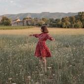 Justine dans les prés...  🍁 @estelle_spch nous a fait l'honneur de coudre notre Crêpe de Viscose Clovers Terracotta à l'occasion de la sortie de sa nouvelle collection. On admire donc la robe Justine et ses jolis détails dans notre envolée de trèfles aux couleurs chaudes.  Merci Estelle pour ta confiance💓.  🌸 Ce patron vous permettra de coudre aussi une blouse.  🍂 Notre tissu est totalement opaque et a été teint puis imprimé au Portugal.   ✨ Vous pouvez retrouver les boutons assortis sur notre site !  Belle journée du 11 novembre à tous 💓.  #eglantineetzoe #eglantineetzoefabrics #tissuseglantineetzoe #cloversterracotta #crepeviscose #appolinepatterns #justinepattern #jecoudsmagarderobe #jecoudsdoncjesuis #faitparmesdixdoigts #sewingpattern #patronrobe #dresspattern #estellespch