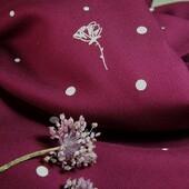 """🌸 Notre motif chouchou #polkpoppies et sa farandole de pois sont passés en mode mûroise pour l'hiver.   🖤 On adore cette couleur intense, féminine et ultra chic qui nous nous permettra de porter des tenues cousues mains entre rose et bordeaux. Mais pourquoi Mûroise ?  🌸 Parce que """"C'est trop foncé pour être framboise, mais c'est trop clair pour être mûre..."""" Ce sera donc mûroise !   🖤 Pour l'anecdote, j'ai choisi ce nom de teinte en repensant à mes deux frères qui en vacances choisissaient souvent le parfum de glace mûroise au glacier de Pornic ! Merci les frérots !  🌸 Au niveau du tissage, il s'agit d'un beau sergé de viscose, qui comme à notre habitude n'est pas transparent et qui vous permettra de coudre des robes, blouses, chemises et jupes.  ⏩ Faites défiler pour voir notre tissu en mouvement !  🖤 Alors, il vous inspire quelles cousettes notre Polk Poppies Mûroise ?  #polkpoppiesmuroise #eglantineetzoe #eglantineetzoefabrics #tissuseglantineetzoe #sewsustainablefabric #motifexclusif #passionjolitissus #sergedeviscose #tissuàpois ##tissuafleurs #tissuscouture #slowfashion #sewingproject"""