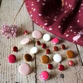 ✨ Nos boutons Chic et leur précieuse association email-métal...  Nos élégants boutons à queue, seront la touche finale raffinée de vos vêtements cousus mains.   Créés pour s'accorder avec nos tissus exclusifs, ils sont disponibles en 3 tailles afin de s'adapter à vos différentes cousettes : 10 mm, 15 mm et 20 mm.  🌈 Voici un petit zoom sur notre arc-en-ciel de couleurs chaudes.   🦢 Nacre 🌸 Rose Perle 🍂 Caramel 🍁 Terracotta 🍓 Rouge Grenade 🌺 Rose Grenadine 💕 Mûroise 🍇 Bordeaux 🖤 Noir Réglisse et Doré  🇫🇷 Fabriqués en France et certifiés Oeko-Tex.  #eglantineetzoe #boutonseglantineetzoe #lamercerieeglantineetzoe #boutonsassortis #jolisboutons #mercerieassortie #touchefinale #boutonchic #terracotta #caramel #couleurschaudes #boutonnoir #sewinginspiration #teamcouture #handmadewardrobe